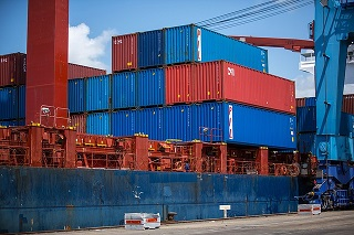 shipping-containers-1096829_640
