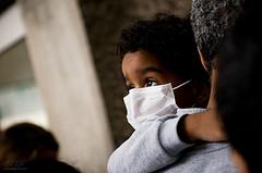 子供 マスク 病気 貧困 イメージ
